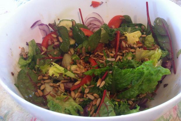 Свежий салат с авокадо и семечками