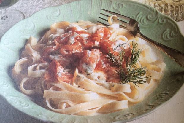 Феттучини с копченым лососем в соусе из сливок и укропа