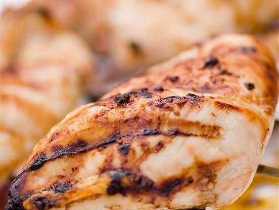 Маринованные куриные грудки с лимоном, кумином и розмарином на гриле