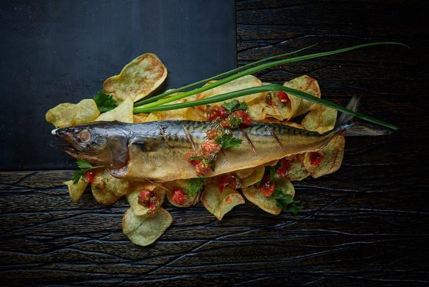 Скумбрия копченая с домашними чипсами и красной сальсой