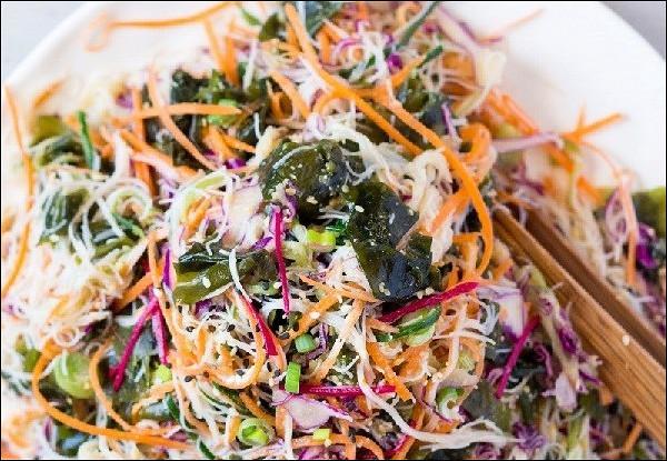 Веганский салат с рисовой лапшой и кунжутной заправкой