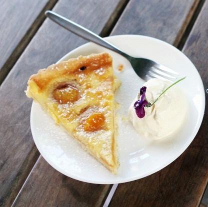 Открытый пирог с абрикосами и миндалем