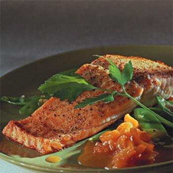 Филе семги, запеченное в духовом шкафу с репой и спаржевой фасолью в сидровом соусе