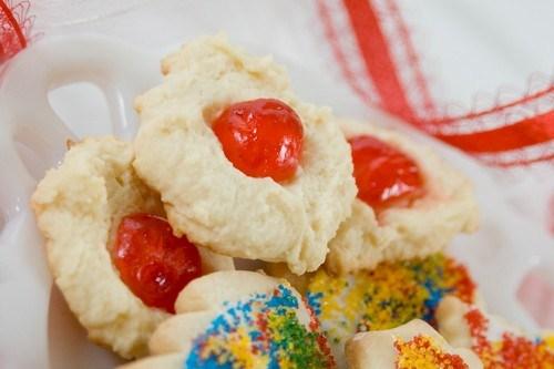Печенье с вишней и сахарной пудрой