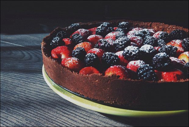 Шоколадный торт с ягодами