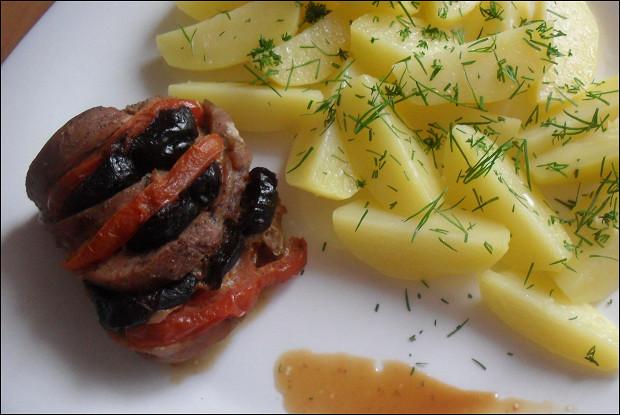 Запеченная свиная вырезка с помидорами и черносливом