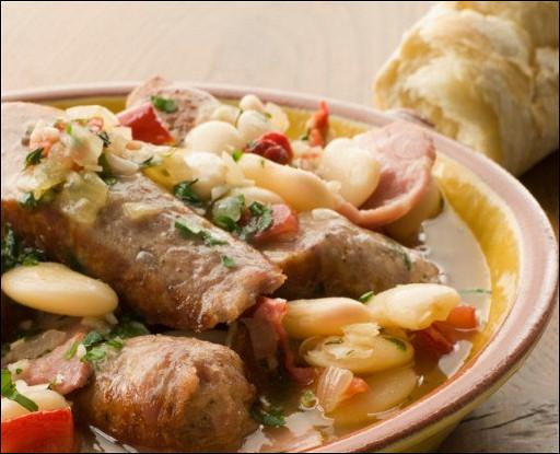 Колбаски с фасолевым рагу с соусом персилад