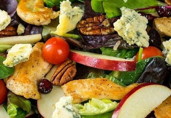 Салат с яблоками, голубым сыром и орехами пекан