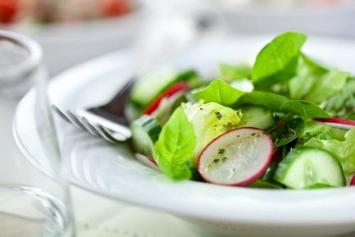 Классический французский салат из крапивы