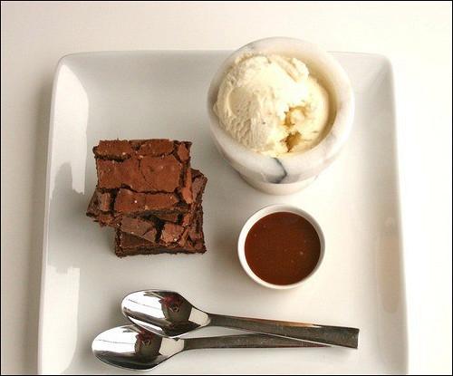 Ванильный брауни с грецкими орехами и темным шоколадом