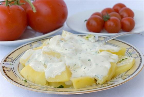 Датский картофельный салат с укропом и йогуртовой заправкой