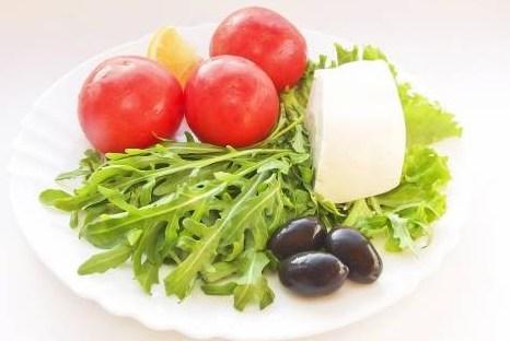 Салат из рукколы и помидоров