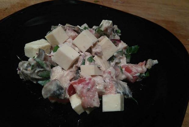 Куриный салат с брынзой