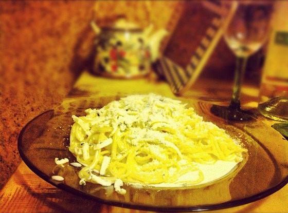 Спагетти в сливочном соусе с сыром дор-блю и чесноком
