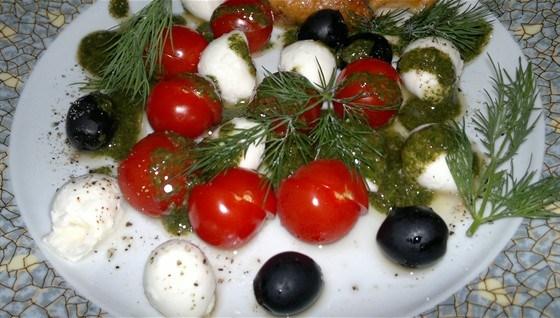 Салат из мини-моцареллы с бальзамическим песто