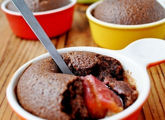Шоколадный клафути со сливами