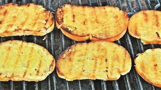 Домашний чесночный хлеб на гриле