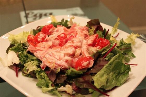 Зеленый салат с печеными помидорами
