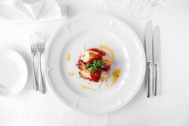 Фаршированные кальмары на тартаре из томатов