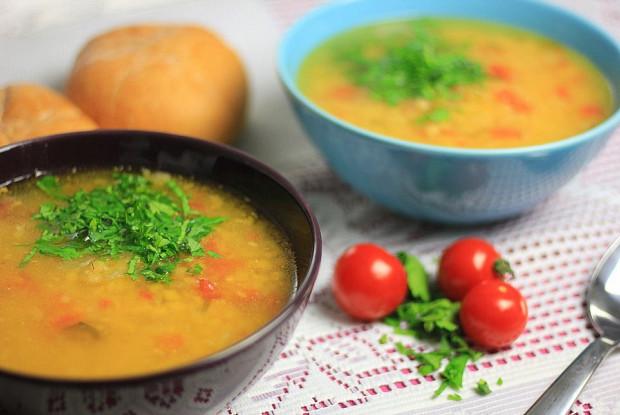 Пряный чечевичный суп с помидорами