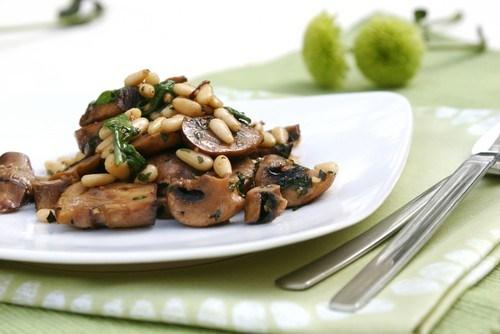 Грибы портобелло с кедровыми орехами и кунжутным кремом