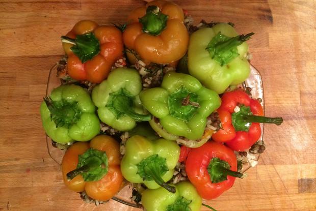 Перец, фаршированный запеченными овощами с рисом и чечевицей