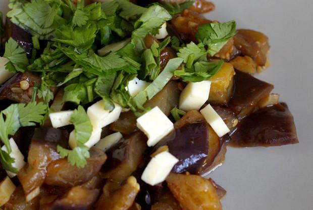 Тёплый салат с баклажанами, миндалем и козьим сыром