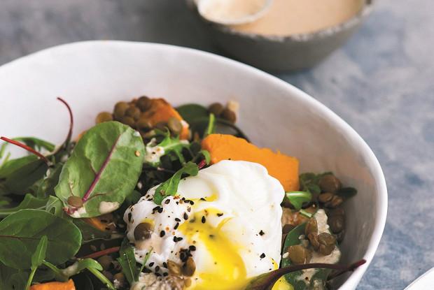 Теплый салат с чечевицей и яйцом пашот