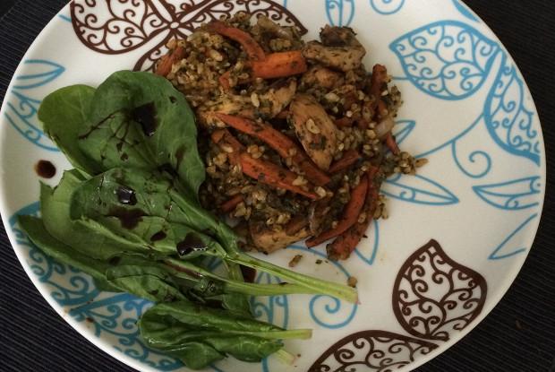 Плов из цельнозернового риса и шпината