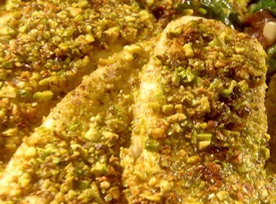 Дорада в фисташковой корочке  с мангольдом, варенной ветчиной, сыром горгонзола и кедровыми орешками