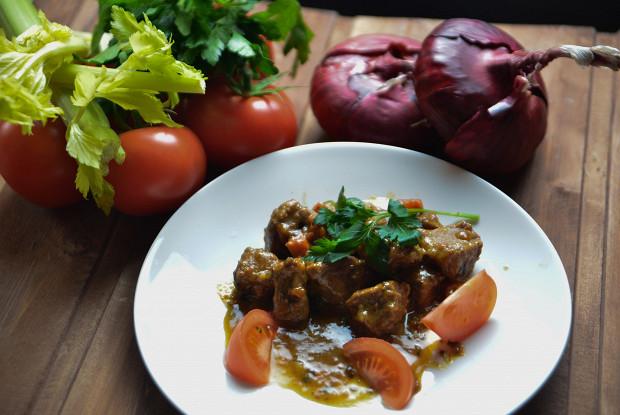 Тушеная говядина с овощами и панчеттой в карри