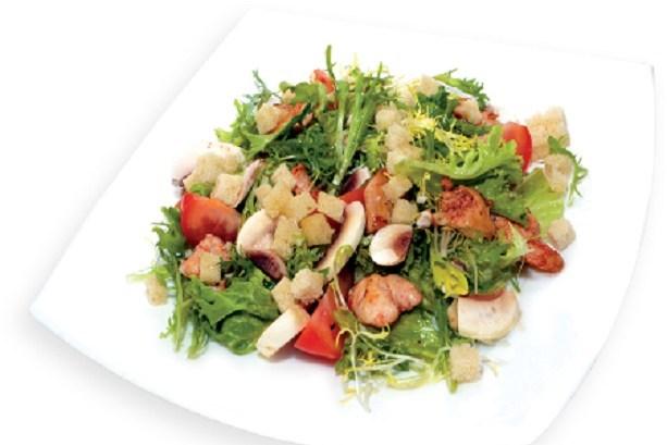 Римский салат со свежими шампиньонами