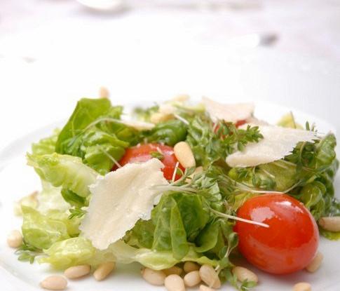 Зеленый салат с черри и кедровыми орешками