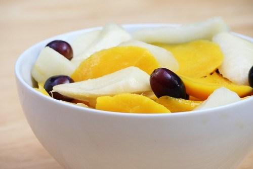 Свежий фруктовый салат с цитрусовым сиропом