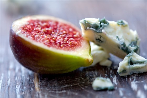 Фаршированный козьим сыром инжир в виноградных листьях на гриле, сбрызнутый медом