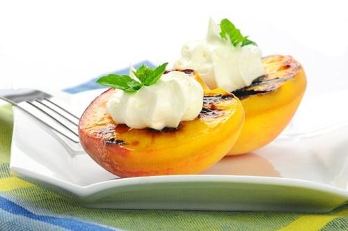 Персики на гриле с ежевично-базиликовым маслом