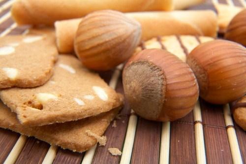 Медовое печенье с корицей и лесными орехами