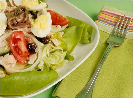 Салат из тунца и анчоусов со свежими овощами и зеленью