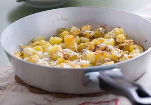 Жареный картофель с фетой и орегано