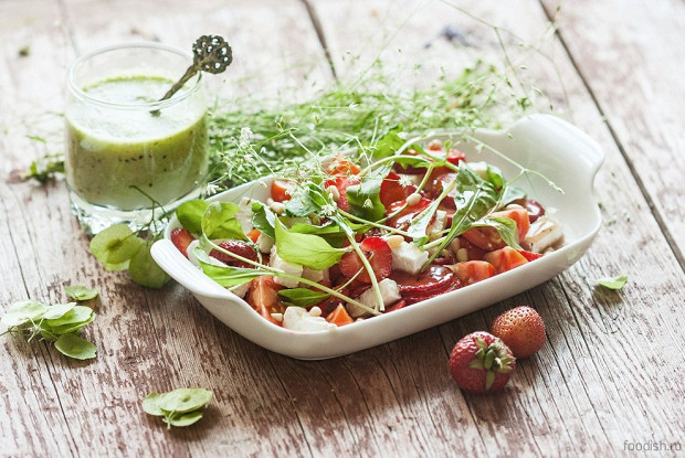 Салат из клубники и черри