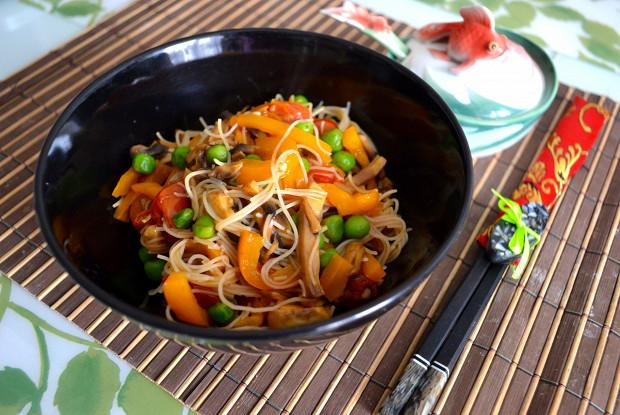 Рисовая лапша с овощами и соусом терияки