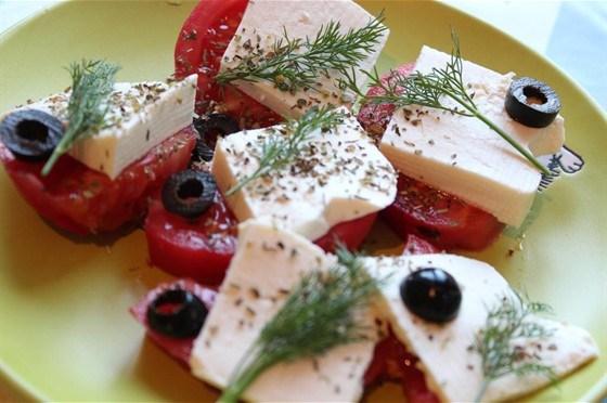 Салат из помидоров и брынзы с зеленью