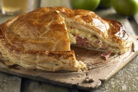 Слоеный пирог с яблоками и ветчиной
