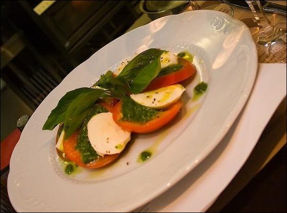 Салат «Капрезе» по рецепту ресторана «Мамина паста»