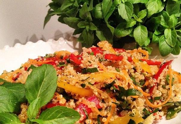 Салат из киноа со свежими овощами и цитрусовыми