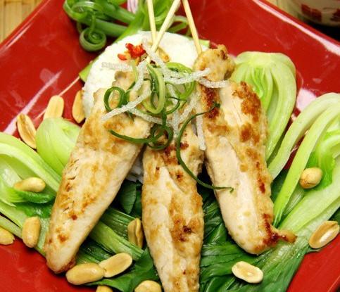 Куриный салат с кедровыми орехами и черносливом