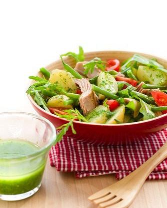 Салат с копченой скумбрией и молодой картошкой