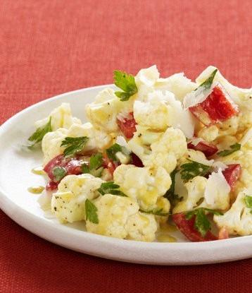 Салат из цветной капусты с перцем и маслинами