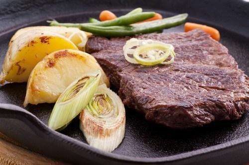 Маринованные говяжьи стейки с жареным зеленым луком