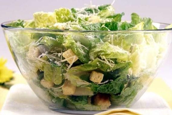 Нежный салат «Цезарь» с сухариками, чесноком и курицей